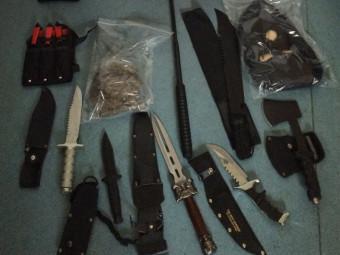 Die sichergestellten Betäubungsmittel und einige der Waffen. Foto: Polizei Homberg/obs