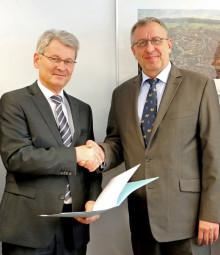 Eckhard Sauer (links) übergibt die Urkunde zur Versetzung in den Ruhestand an EKHK Rauwolf. Foto: Polizeipräsidium Nordhessen/obs
