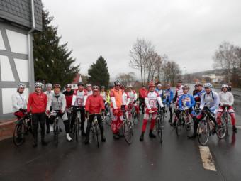 Fahrt in den Frühling mit dem Rennrad: Im vergangenen Jahr waren rund 30 Radsportler trotz regnerischem Wetter der Einladung der MT Melsungen gefolgt (hier am Treffpunkt Obermelsunger Brücke). Diesmal hofft man auf Sonnenschein und noch bessere Beteiligung. Foto: nh