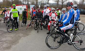 Kurzer Zwischenstopp bei der Gruppenteilung in Bebra-Breitenbach. Rechts in Blau-Weiß die Spitzenamateure vom Regio Team, in den rot-weißen Trikots die Radsportler vom Veranstalter MT Melsungen. Foto: nh