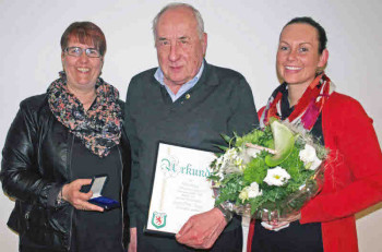 Vereinsmitglied Hans-Otto Jäger ist 50 Jahre Vereinsmitglied. Für seine Treue erhielt er die goldene Vereinsnadel. Im Bild: Tanja Gondermann, Hans-Otto Jäger und Tessa Denk. Foto: nh