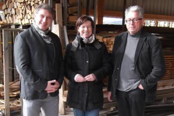 Karl Schmidt (rechts) stellte Martina Werner und Ehemann Andreas auch den modernisierten Holzschneidebetrieb vor. Foto: nh
