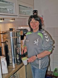 Christa Kühlborn, organisiert den Kaffee-und Kuchenstand. Foto: nh