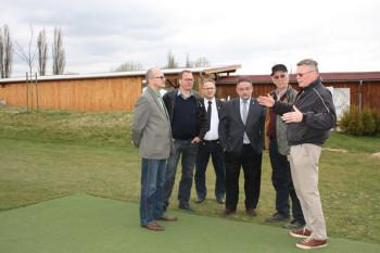 Hans-Wilhelm Kleppe (rechts) erläuterte die Ausbaupläne des Golfparks. Foto: nh