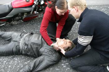 Nach einem Unfall ist die richtige Helmabnahme überlebenswichtig. Foto: Johanniter/Jürgen Schwarz