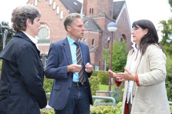 Im Gespräch: Hephata-Direktor Maik Dietrich-Gibhardt mit Professorin Petra Gromann (rechts) und deren Mitarbeiterin Andrea Deuschle. Foto: Fuhr