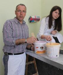 Alena Koch und Klaus Schmidt bei der Arbeit in der Malerei. Foto: nh