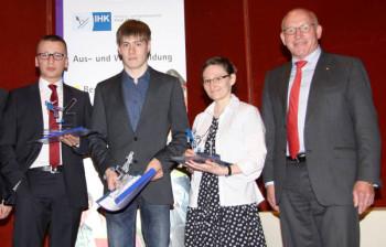 Felix Mader, Moritz Kiefer, Christina Laukard und IHK-Präsident Prof. Dr. Martin Viessmann (v.l.). Foto: nh