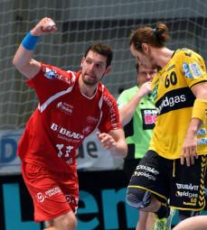 MT-Kreisläufer Felix Danner reckt die Faust als Torschütze. Da möchte Löwe Kim Ekdahl Du Rietz nur noch wegschauen. Foto: Hartung