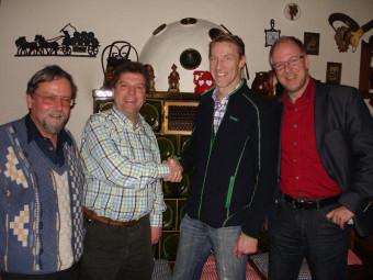 Götz Buchholz (Mitglied im Vorstand des HPhV), Andreas Göbel (Neuer Vorsitzender des HPhV), Jörg Bruns (Alter Vorsitzender des HPhV) und Stefan Ude (Mitglied im Vorstand des HPhV) (v.l.). Foto: nh