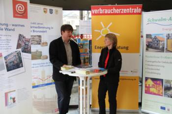 Schon bei den 12. Immobilien- und Handwerkertagen der Stadtsparkasse Borken kooperierten die Energieberatung Schwalm-Aue mit der Verbraucherzentrale. Energieberatung boten Jochen  Steube und Rita Träbing an. Foto: sb