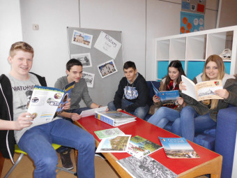 Schülerinnen und Schüler der Klasse G9a bei der Arbeit an dem Bildband (v.l.): Fabian Müller, Timo Hohmann, Jan Schäfer, Theresa Weiß und Lea Knorr. Foto: nh