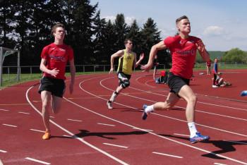 Mit geballter Kraft läuft Dennis Horn dem 200m-Ziel entgegen. Foto: nh