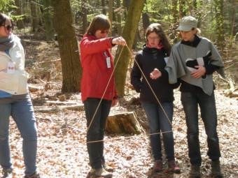 """Erzieherinnen entdecken den """"Zahlenwald"""". Foto: nh"""