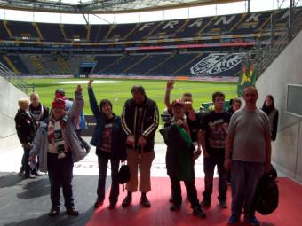 Die Fans von Eintracht Frankfurt im Stadion: (v.l.) Silke Franz, Regine Dengel, Georgios Kantas, Alexander Steinbrecher, Jan Niklas Lückhoff, Tobias Wäbs und Fritz Fehling. Foto: nh