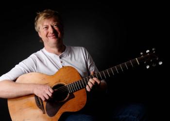"""Paddy Schmidt: Der Sänger mit der markant-rauen Whisky-Stimme ist Frontmann der Band """"Paddy goes to Holyhead"""". Foto: nh"""