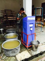 Paul sorgt in Katmandu für sauberes, trinkbares Wasser. Foto: Reinhold Hocke