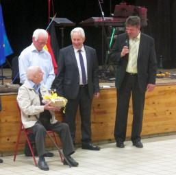 Roger Reboullet, sein Schwiegersohn und die beiden Bürgermeister Claude Aurias und Dr. Gerald Näser (v.l.). Foto: nh