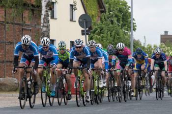 Starkes Regio Team macht Tempo an der Spitze des Feldes in Borsum (v.l. in den blauen Trikots): Hepprich, Mayrhofer, Sohn, Hepprich und Khatib (verdeckt). Foto: nh