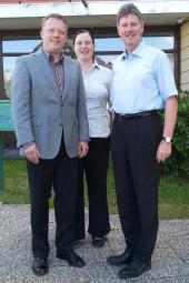 Augenarzt Roland Gross, Ehefrau Sonja Gross und Bürgermeister Klemens Olbrich (v.l.). Foto: nh