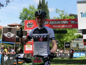 Thorsten Damm nach seinem Sieg, glücklich im Ziel von Riva del Garda. Foto: nh