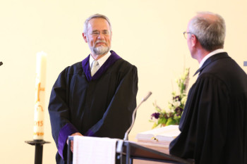 Oberlandeskirchenrat Horst Rühl (rechts) verleiht das Kronenkreuz in Gold an Hephata-Direktor Peter Göbel-Braun (links). Foto: nh