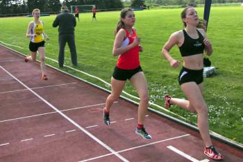 Marie Wagner und Julia Klute im Ziel des 800m-Laufs. Foto: nh