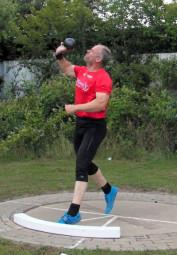 Der 52-jährige Uwe Krah stieß mit der 7,25kg-Kugel fast 13 Meter. Foto: nh