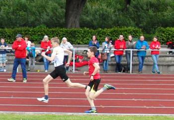 Am Ende setzte sich der groß gewachsene Dominik Daume mit dem ebenfalls Bestzeit laufenden Marvin Knaust durch. Foto: nh