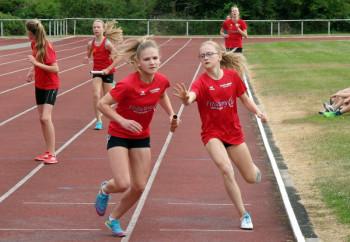 Eine glänzende Lauf zeigte Emily Illing und schickte mit fünf Sekunden Vorsprung vor Kati Wagner die 15-jährige Franziska Ebert auf die Reise. Foto: nh