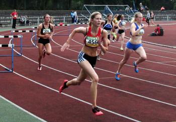 Marie Wagner, zweite von links, lief zu langsam an und konnte auf der Zielgeraden die verlorene Zeit nicht mehr gutmachen. Foto: nh