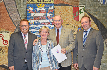 Landrat Winfried Becker, Rosemarie und Reinhold Hocke und Malsfelds Bürgermeister Herbert Vaupel. Foto: nh