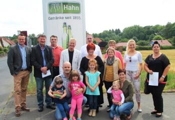 4.000 Euro gingen an acht pädagogische Einrichtungen in Frielendorf. Im Hintergrund Thomas Hahn (ganz links), Holger Reitz (3. von links) und Dietrich Hahn (5. von links) von der Firma Getränke Hahn. Foto: Rainer Sander