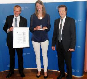 Hauptgeschäftsführer Siegmar Schnabel, die Preisträgerin Johanna Wagner und IHK-Präsident Friedrich Herdan (v.l.). Foto: nh