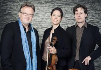 """Das Kasseler """"Trio lunaire"""" interpretiert das Es-Dur-Trio von Franz Schubert und das C-Dur-Trio von Johannes Brahms im Engelsaal des Klosters Haydau/Altmorschen. Foto: nh"""