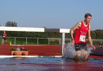 Lorenz Funck beim Herauslaufen aus dem Wassergraben. Foto: nh