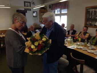 Der Moment des Abschieds: Heinz Engelhardt überreichte seiner Stellvertreterin Monika Burkhardt als kleines Dankeschön für die gute Mitarbeit einen Blumenstrauß. Foto: Dittmer