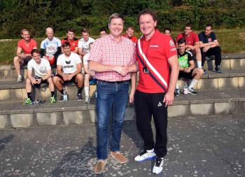 MT-Vorstand Axel Geerken (links) begrüßt Georgi Sviridenko zum ersten Training mit seinem neuen Team, der MT-Zweiten. Foto: Heinz Hartung