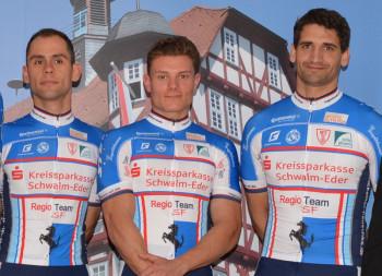 Die neuen Meister des Radsportbezirks Kassel kommen vom Regio Team SF (v.l.): Philipp Sohn gewann das Straßenrennen vor Leonard Mayerhofer, beim Zeitfahren siegte Aadyl Khatib. Foto: nh