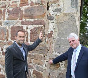 Oliver Garde und E.-Ulrich Bruckmann begutachten massive Mauerschäden an der Hospitalskapelle. Foto: Reinhold Hocke
