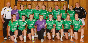 Jugend A SG 09 Kirchhof mit Betreuer Lars Günther und Trainer Martin Denk. 17 talentierte Mädels der Jahrgänge 1999/1998 und 1997 haben sich für die Oberliga qualifizieren können. Foto: nh