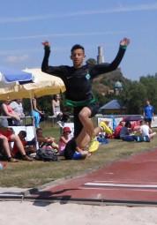 Wer fliegt denn da? Uns das direkt vor der Felsburg? Muhammed Gahtan landete mit einem tollen Sprung in der Weitsprunggrube des Felsburgstadions. Foto: nh
