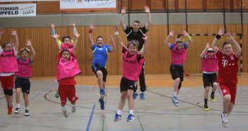 Spiel und Spaß in der Stadtsporthalle Melsungen. Im Bild eine Trainingsszene aus Camp 19. Die Handballkids aus der Region freuen sich auf das Event in den Sommerferien. Foto: nh
