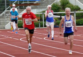 Harry Geier beim 400m-Finale kanpp hinter dem Sieger Horst Schlecht aus Misburg. Foto: nh