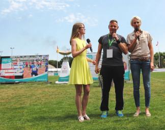 Svenja Schwarz, René Krüger und Ariane Friedrich b (v.l.) beim Sprechen des offiziellen Eids. Foto: nh
