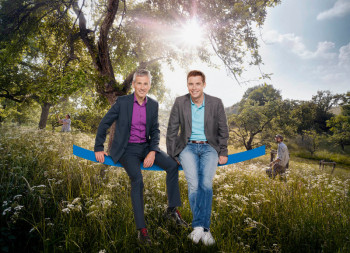"Andreas Hieke (links) und Jens Kölker auf großer ""hessenschau""-Sommertour. Foto: hr/Benjamin Knabe"