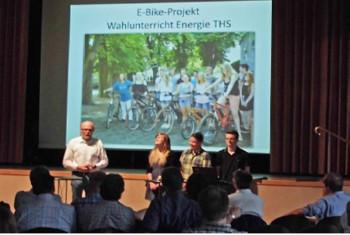 Herr Schwietering und Vertreter der Schülerschaft der Theodor-Heuss-Schule stellen die Ergebnisse des E-Bike-Projektes vor. Foto: nh