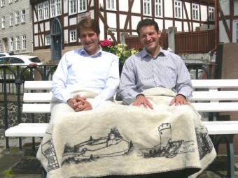 Gut gewärmt zeigten sich Bürgermeister Dr. Nico Ritz (lnks) und Christoph Seipp  von der Firma MyKolter.de mit dem neuen Homberg-Kolter. Foto: Dittmer