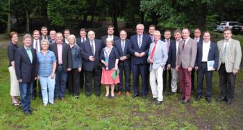 Die Gruppe der Nordhessischen CDU-Wahlbeamten u.a. mit Justizministerin Eva Kühne-Hörmann (9. v.l.) sowie Finanzminister Dr. Thomas Schäfer und LWV-Präsident Uwe Brückmann (9. und 10. v.r.) vor der Eichwaldhütte in Neukirchen. Foto: nh