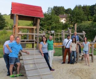Günther Schmoll (SPD-Stadtverbandsvorstand), Frank Heinemann (Ortsvorsteher Günsterode), Anja Horn (Elterninitiative), Jan Rauschenberg (Stv. Vorsitzender SPD-Stadtverband), Ertan Özkan (SPD-Stadtverband), Ingrid Deuhsen (Elterninitiative), Ulrike Hund (Vorsitzende SPD-Stadtverband) und Daniela Helper (Elterninitiative) (v.l.). Foto: nh